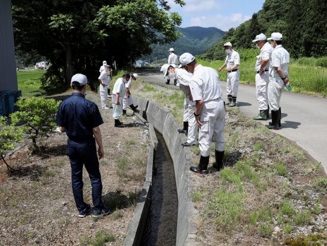 岩井川合居地区の路肩と用水路改修