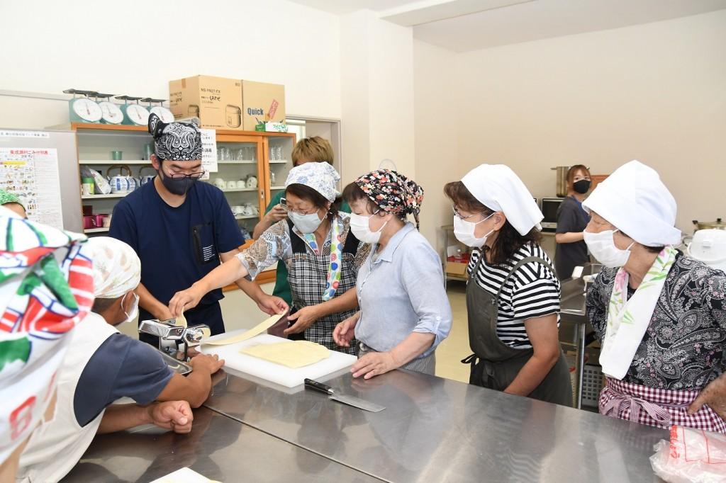 麺づくりをサポートする講師の鈴木隊員